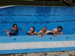 Na fotografiji su osobe u bazenu