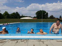 Na fotografiji pet osoba u bazenu