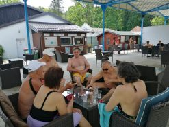 Na fotografiji je šest osoba. Sjede i ispijaju piće