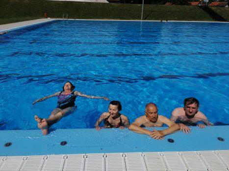Izlet na bazen Na fotografiji četiri osobe na bazenu modro plave boje