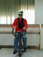 Na fotografiji muška osoba na sobnom biciklu.
