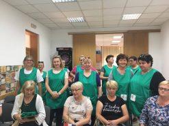Na fotografiji grupa žena u radnim kutama zelene boje.