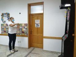 Na fotografiji ženska osoba baca strelicu u pikado