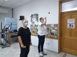 Na fotografiji dvije ženske osobe igraju pikado