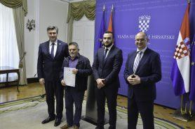 Na fotografiji četiri muškarca u Uredu Vlade Republike Hrvatske.