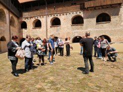 Na fotografiji osobe u atriju utvrde Stari grad Sisak.