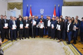 Na fotografiji grupa ljudi u Uredu Vlade Republike Hrvatske.