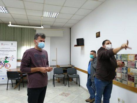 Na fotografiji su jedna žena i dva muškarca, igraju elektronski govorni pikado.