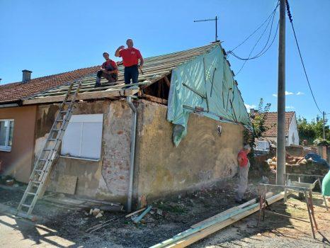 Na fotografiji se nalazi kuća na kojoj se popravlja krovište koje je bilo pogođeno potresom